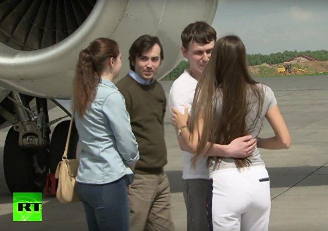 Letadlo s ruskými občany Jerofejevem a Alexandrovem přistálo na moskevském letišti