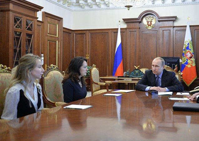 Putin poděkoval blízkým zavražděných novinářů za prosbu udělit milost Savčenkové