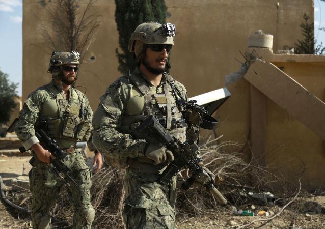 Američtí vojáci nedaleko Rakky