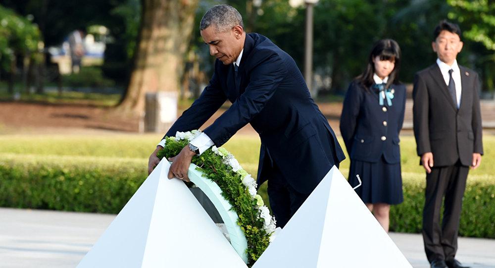 Barack Obama klade věnec k památníku v Hirošimě 27. května 2016