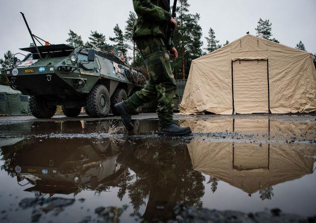 Švédský voják na pozadí Patria XA-360 AMV