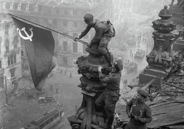 Vztyčení vlajky nad Reichstagem