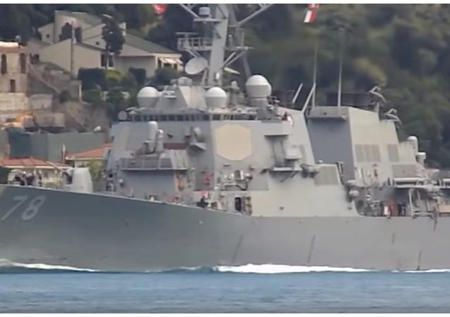 Raketový torpédoborec námořnictva USA Porter vstoupil do Černého moře