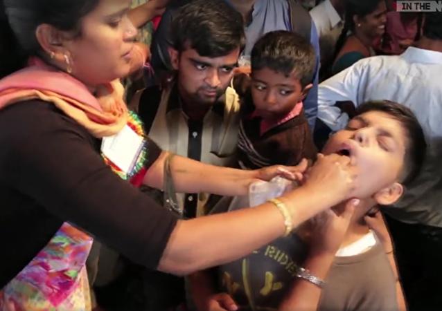 Indie: děti násilně krmí živými rybami, aby je vyléčili z astmatu