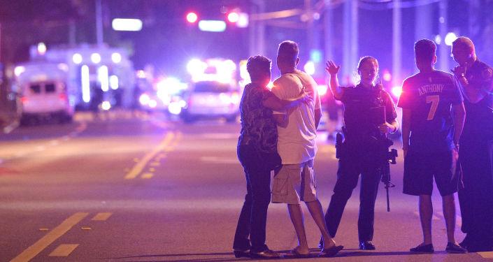 Policie a příbuzní na místě střelby v gay klubu v Orlandu