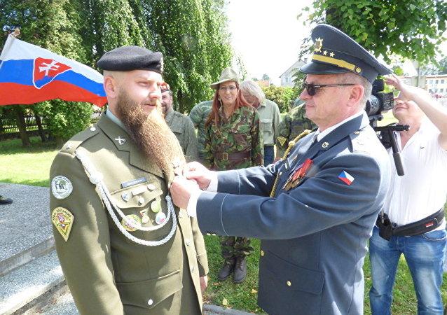 """První Medaile cti hnutí """"Českoslovenští vojáci v záloze proti válce"""" byla dána poručíkovi Martinu Zapletalovi"""
