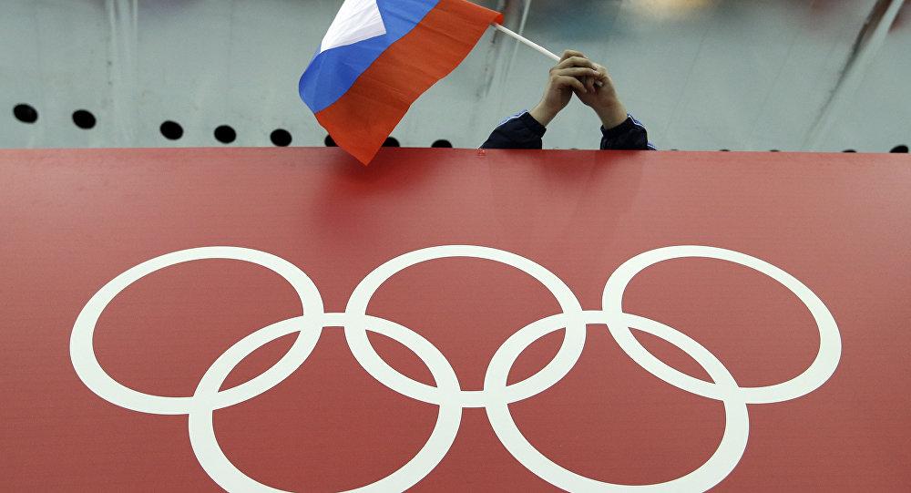 Fanoušek s ruskou vlajkou a symbol OH