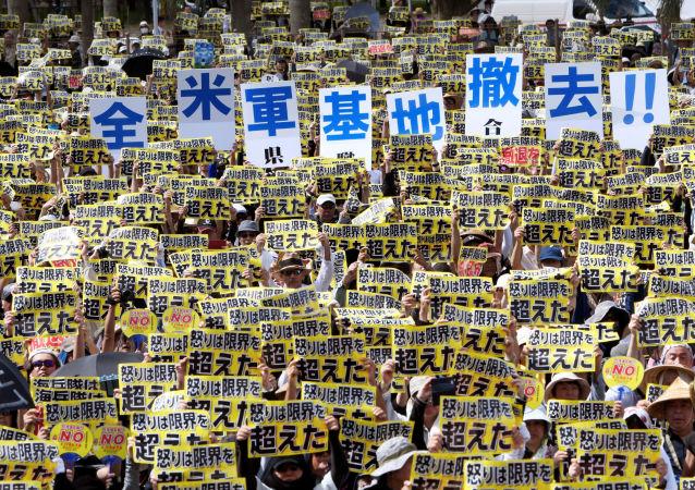 Protesty Japonců proti americkým základnám na Okinawě