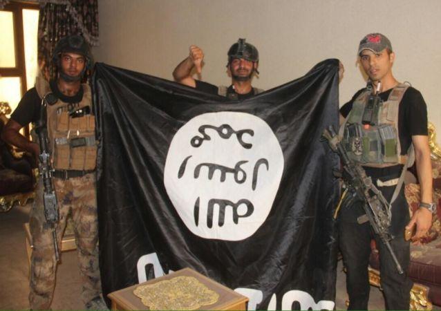 Iráčtí vojáci s vlajkou IS