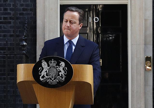 David Cameron prohlásil, že podá demisi