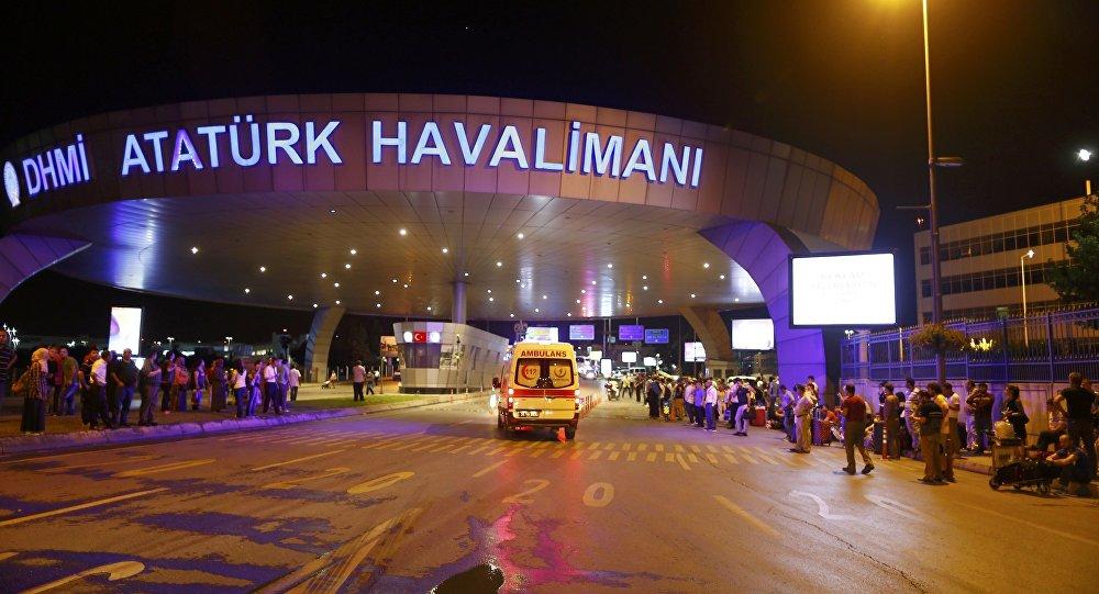 Letištěm v Istanbulu otřásly výbuchy, jsou zranění