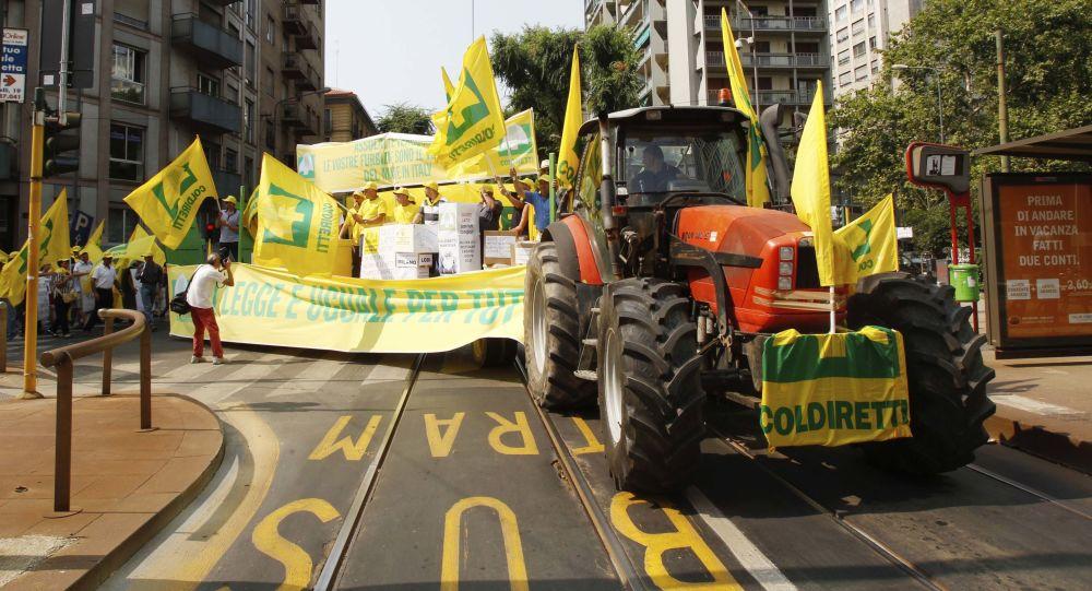 Členové italské asociace Coldiretti během demonstrace ve Veroně