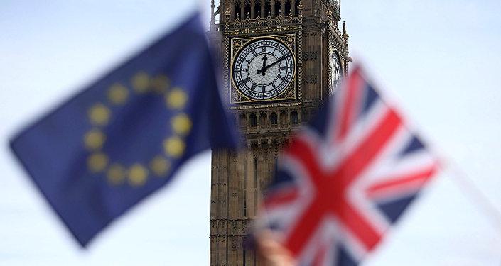 Vlajky EU a Velké Británie na pozadí věže Big Ben