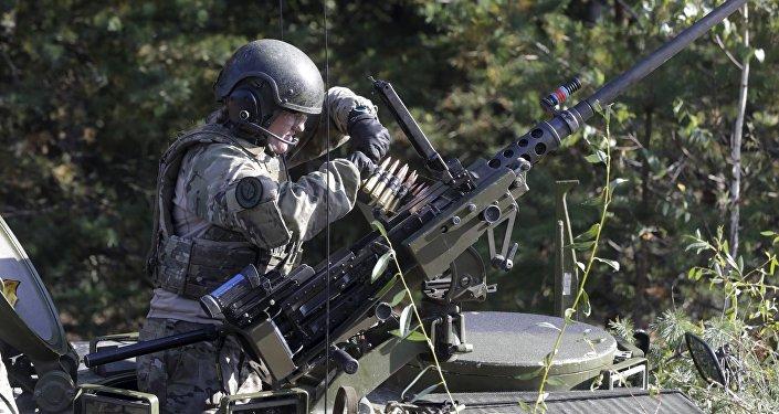 Dánský voják během cvičení Silver Arrow v Lotyšsku