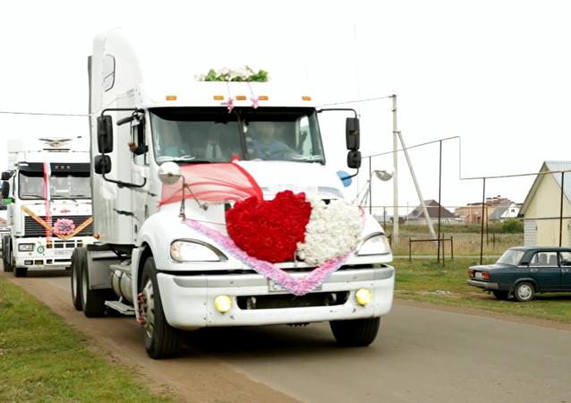 Video ze svatby kamioňáka z něj udělalo hvězdu sociálních sítí