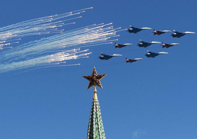 Stíhačky Su-27 a MiG-26 předvádějí slavný Kubinský briliant během zkoušky vzdušné části přehlídky.