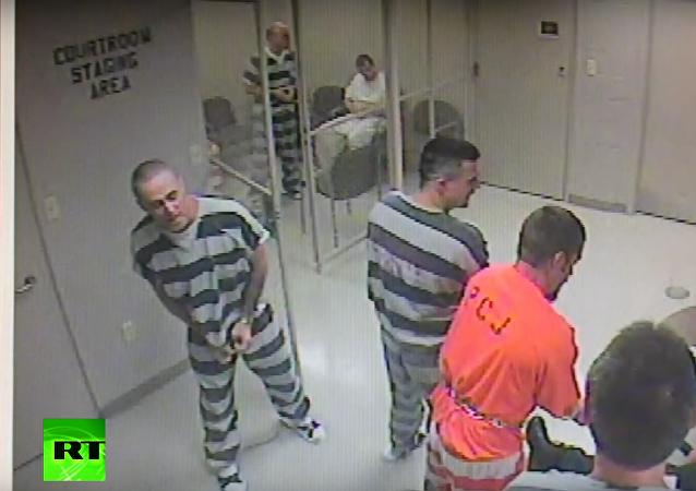 V Texasu se vězňům podařilo dostat ven z cel, aby zachránili žalářníka