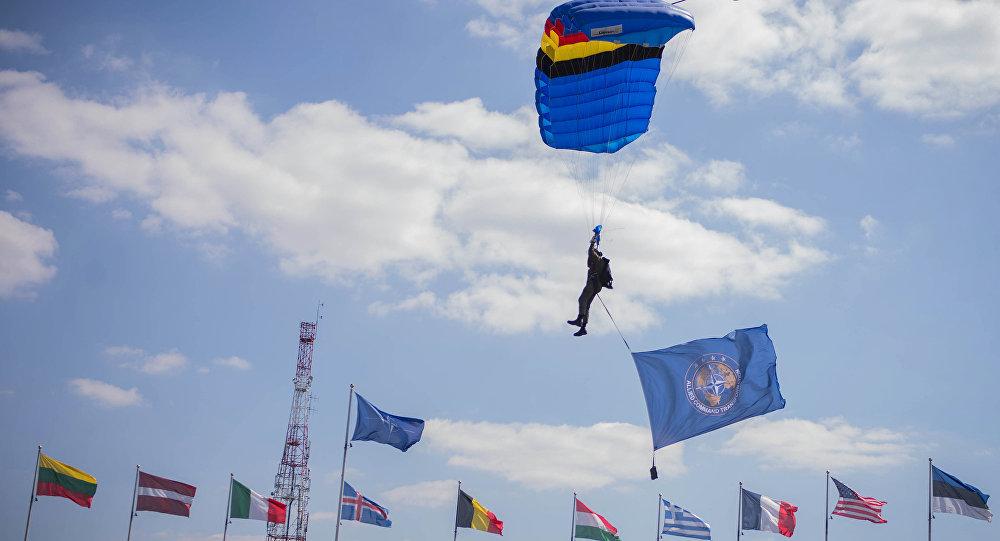 Parašutista s vlajkou NATO