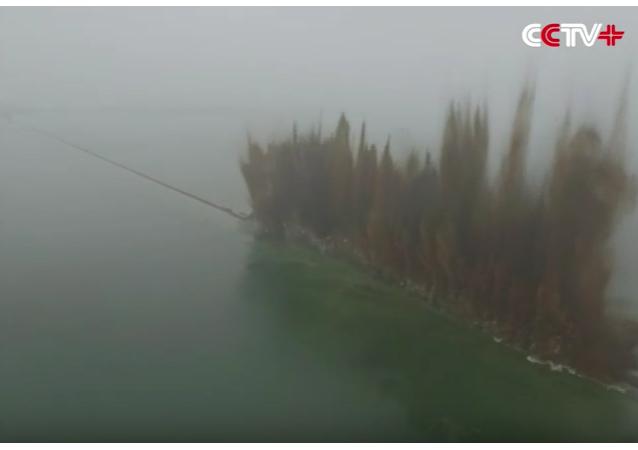 V Číně odstřelili několik kilometrů dlouhou hráz, aby snížili úroveň vody.