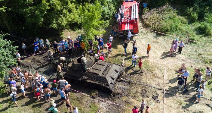 U Voroněže vytáhli ze dna řeky jediný zachovalý tank T-34-76