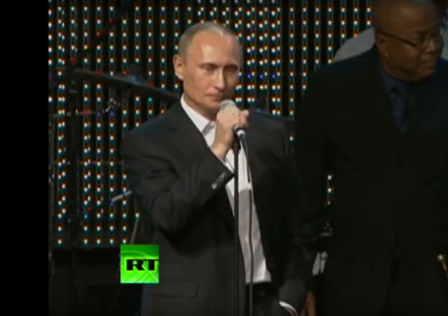 Vladimir Putin zazpíval píseň Blueberry Hill