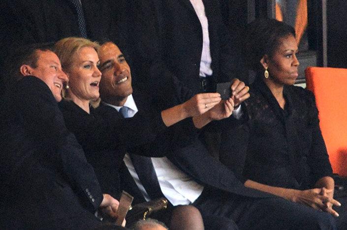 Na pohřbu Nelsona Mandely Barack Obama, David Cameron a dánský premiér Helle Torning Schmitt si dělali selfie a smáli se.