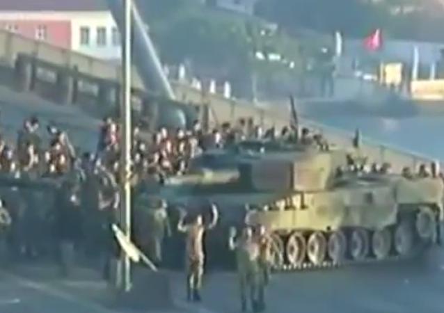 Na internetu se objevilo video, jak se vzbouřenci v Istanbulu vzdávají úřadům