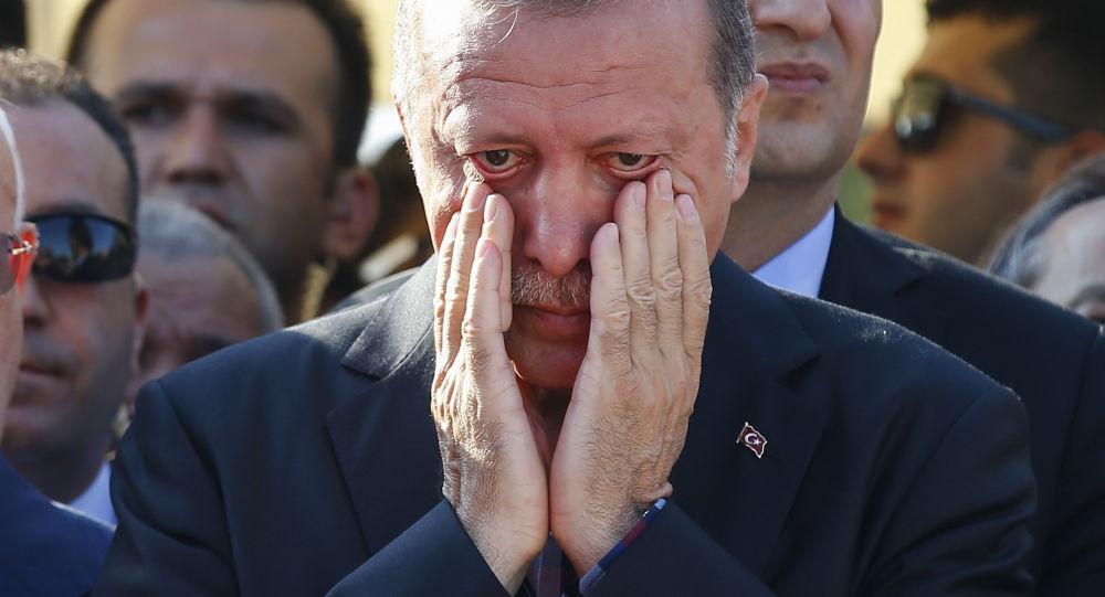 Turecký prezident Recep Tayyip Erdogan během pohřbu v Istanbulu