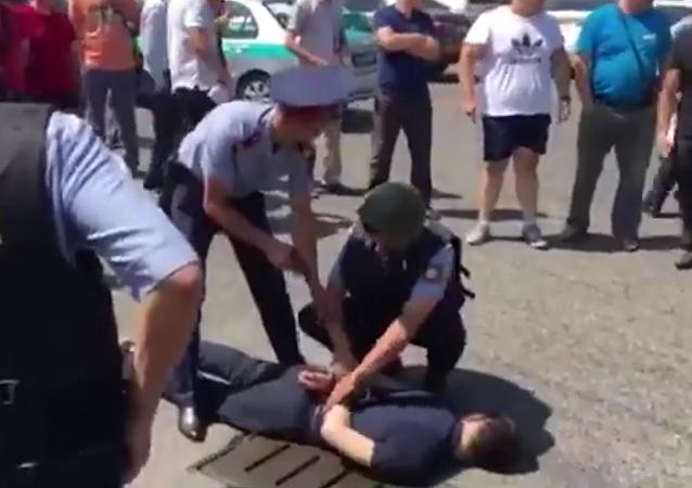 Zatčení jednoho ze střelců v Alma Atě