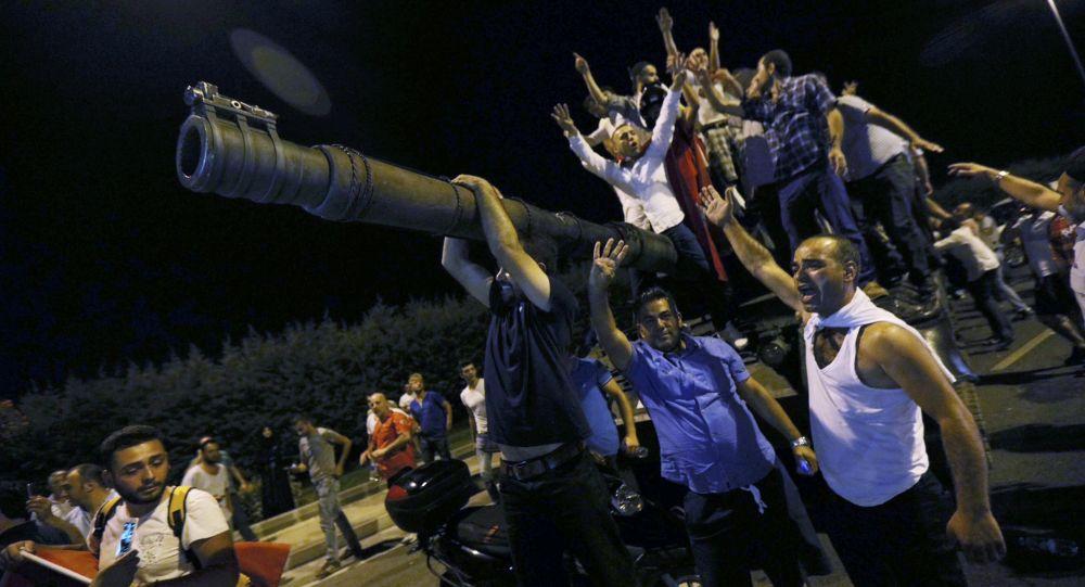 Lidé na tanku turecké armády v Istanbulu