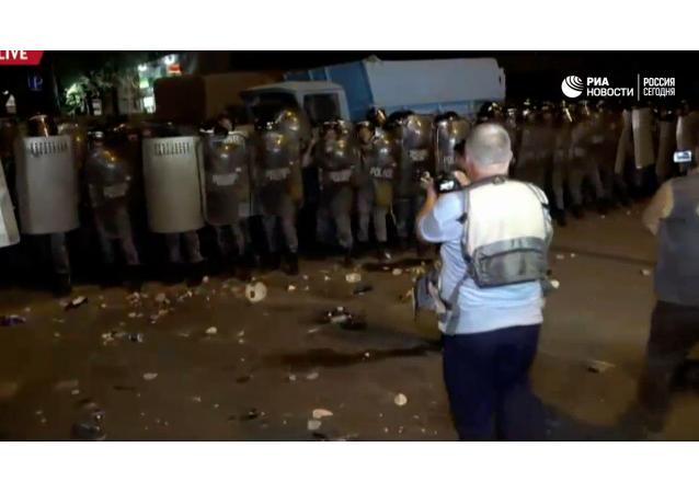 Lidé v Jerevanu házeli na policisty během protestu kameny