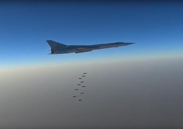 Bylo zveřejněno video leteckého útoku ruských bombardérů na objekty IS v Sýrii
