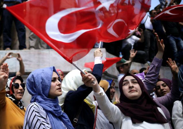 Stoupenci tureckého prezidenta Tayyipa Erdogana v Istanbulu
