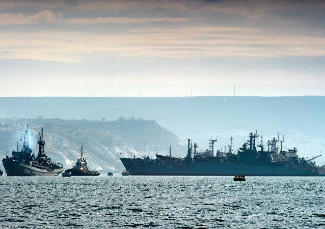 Lodě Černomořské flotily nedaleko Sevastopolu