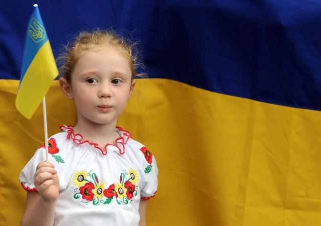 Holčička na pozadí ukrajinské vlajky