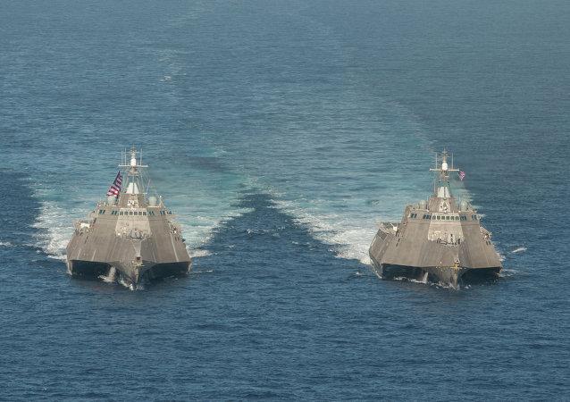 Lodě pobřežní hlídky USS Independence (LCS 2) a USS Coronado (LCS 4)