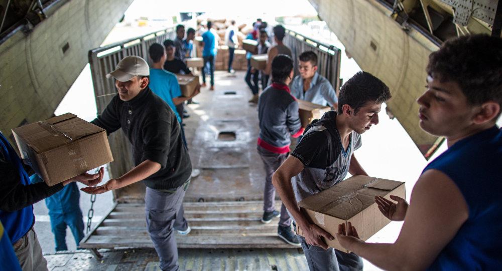 Vykládání ruské humanitární pomoci na letišti v provincii Latákia v Sýrii.