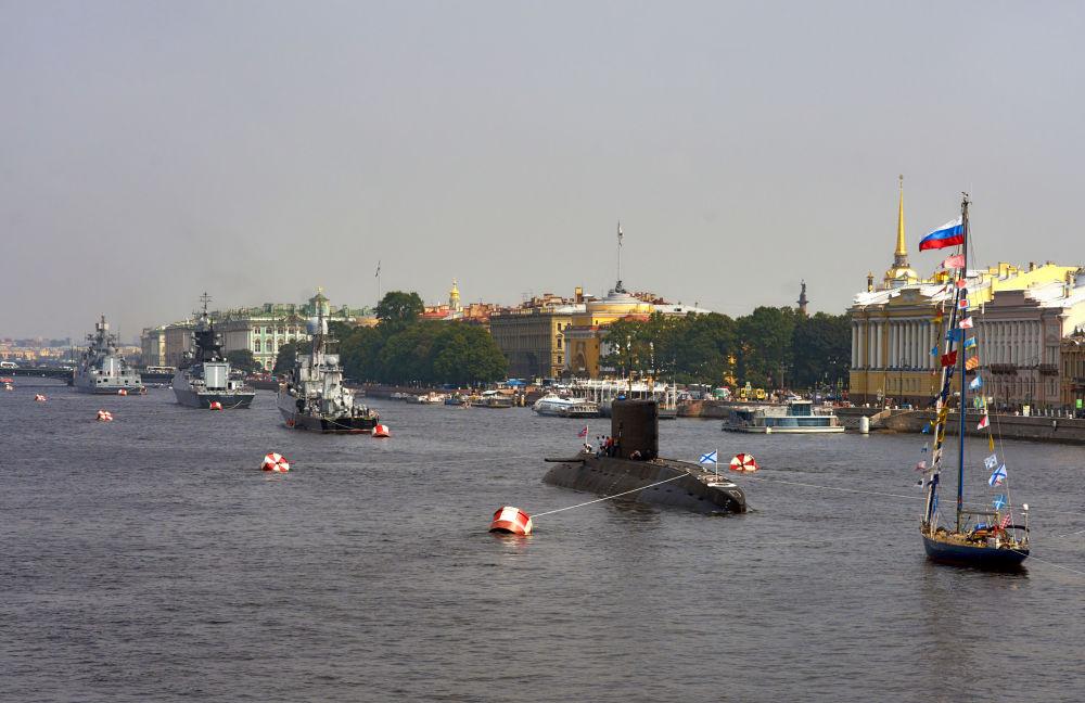 Účastníci přehlídky v Den Vojenských námořních sil.