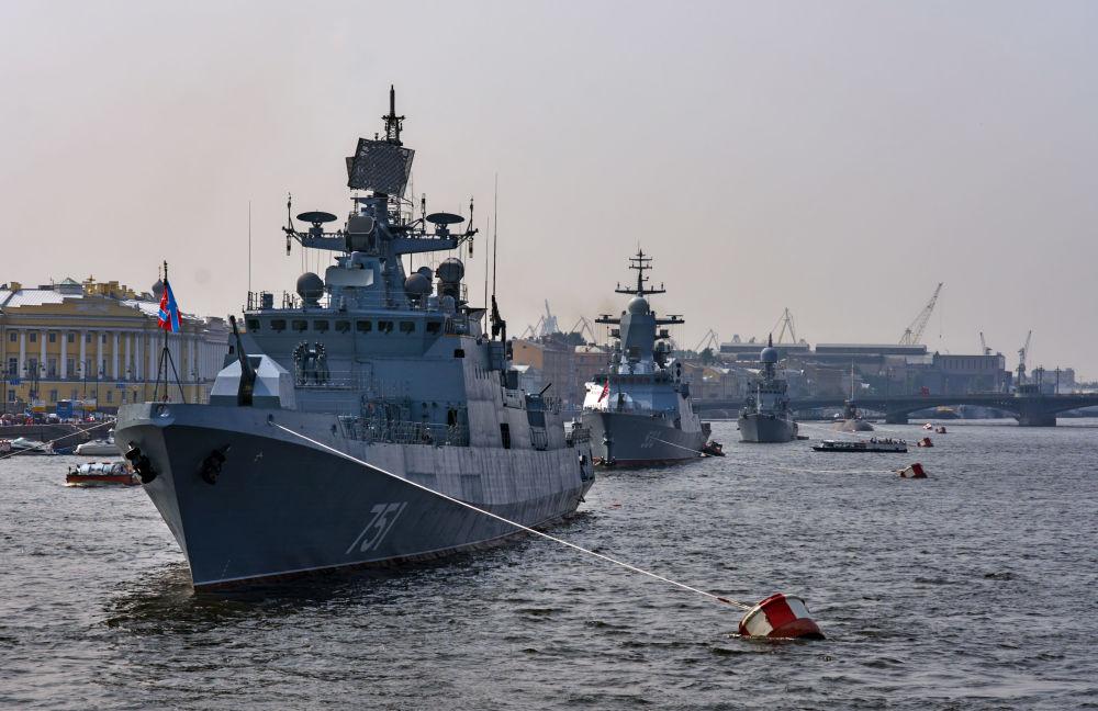 Strážní fregata Admirál Essen na řece Něvě.