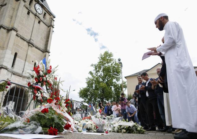 Muslimové během minuty ticha v Saint-Étienne-du-Rouvray