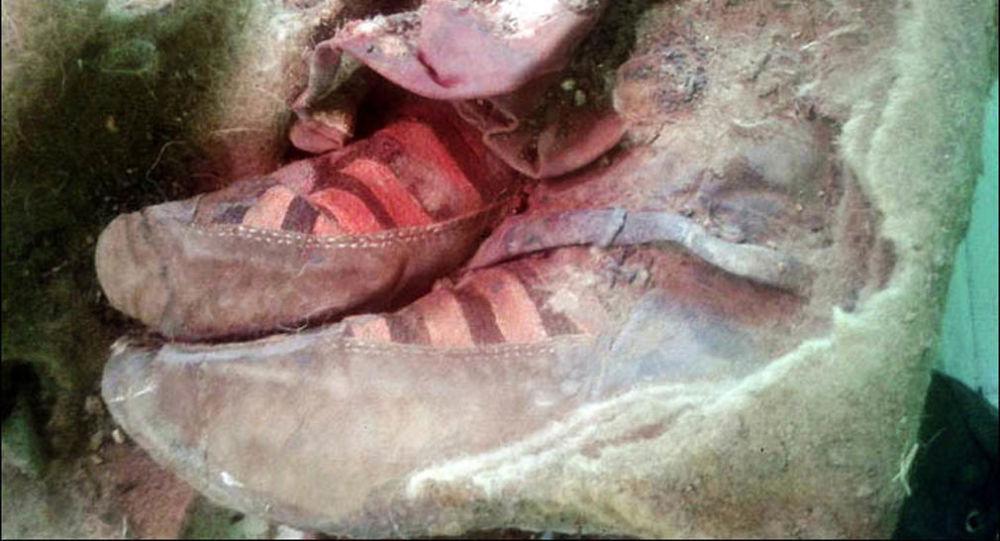 """Nohy mumie v """"botaskách"""""""