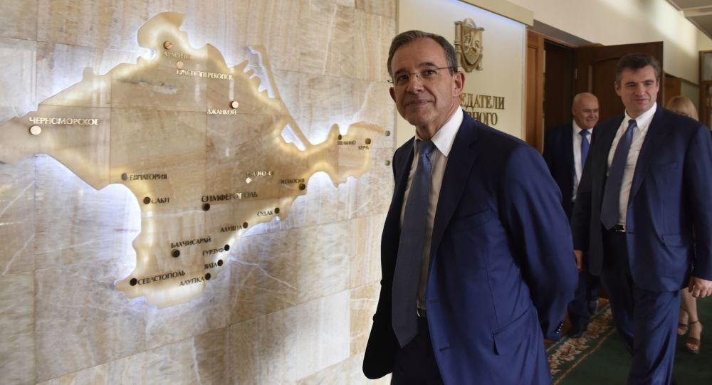 Francouzský poslanec Thierry Mariani během návštěvy na Krymu