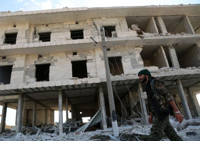 Zřícená budova v Manbidži, Sýrie