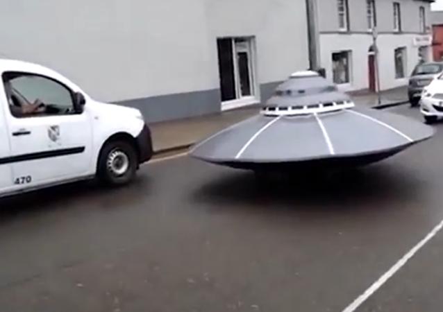 """Irská policie se hnala za """"létajícím talířem"""". VIDEO"""