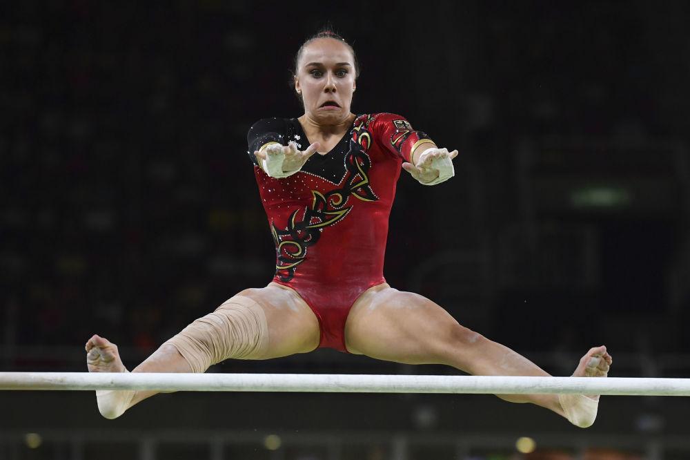 Gymnastka Tabea Altová z Německa během soutěže v sportovní gymnastice.