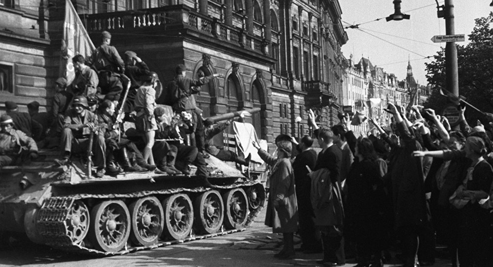 Praha vítá sovětské vojáky