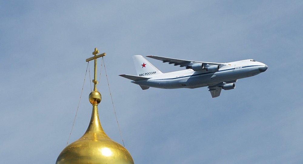Ruské letadlo se zdravotnickým vybavením odletělo do USA
