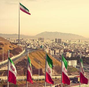 Íránské vlajky na pozadí Teheránu