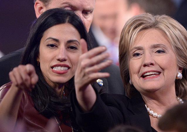 Huma Abedinová s Hillary Clintonovou