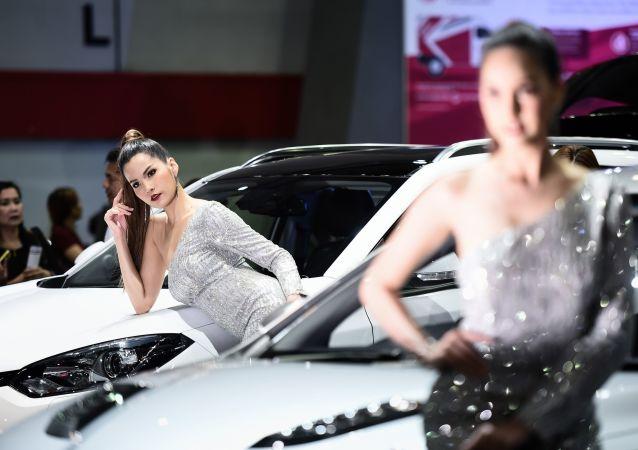 Druhý nejdůležitější komponent po automobilech: slečny na autoshow v Bangkoku